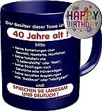 2504 Geburtstag Geschenke-Set 40: DER BESITZER IST ÜBER 40 JAHRE ALT, Geburtstagsgeschenk 40. Premium Geschenk Tasse Keramik, Original RAHMENLOS® in Geschenkbox + Button Happy Birthday