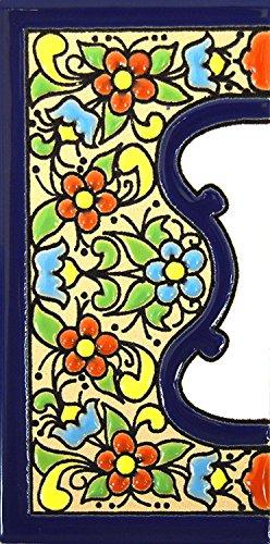 """Schilder mit Zahlen und Nummern auf vielfarbiger Keramikkachel. Handgemalte Kordeltechnik fuer Schilder mit Namen, Adressen und Wegweisern. Persoenlich gestaltbarer Text. Design FLORES MEDIANO 10,9cm x 5,4 cm (RAND \""""CENEFA\"""")."""