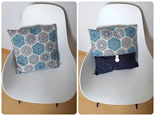 housse-de-coussin-40x40cm-aux-motifs-geometriques-et-florals-en-bleu-et-blanc-sur-fond-couleur-taupe