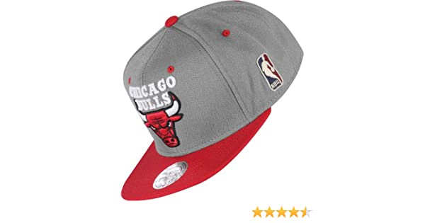 8aceae37158 Mitchell   Ness Chicago Bulls 2-Tone Logo Snapback NBA Cap Grey   Amazon.co.uk  Sports   Outdoors