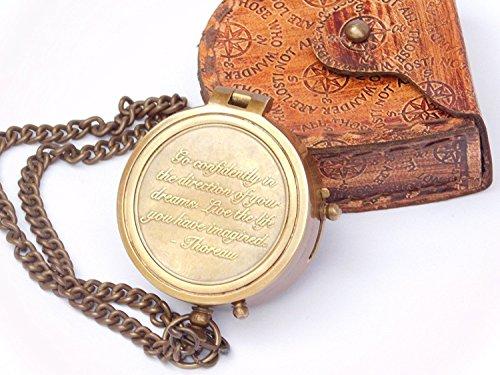 """Gravierter Kompass mit Thoreau """"Go Confidently""""-Zitat, mit geprägter Ledertasche von Euphoria."""