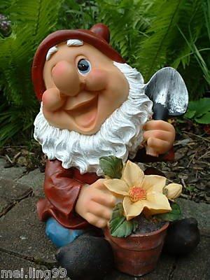 Lustiger Gartenzwerg mit Blume und Spaten - 2