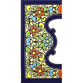 Schilder mit Zahlen und Nummern auf vielfarbiger Keramikkachel. Handgemalte Kordeltechnik fuer Schilder mit Namen, Adressen und Wegweisern. Persoenlich gestaltbarer Text. Design FLORES MEDIANO 10,9cm x 5,4 cm (RAND