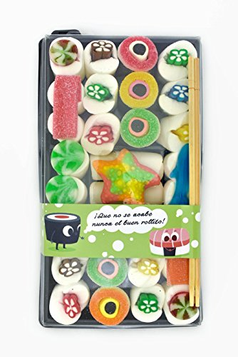 """Sushi Variado XXL de Chuches con 64 chuches con vitola de """"buen rollito"""" para un regalo muy original. Bandeja compuesta por makis y nigiris realizados con chuches variadas y sus palillos japoneses. La reinterpretación del plato japonés para la hora d..."""