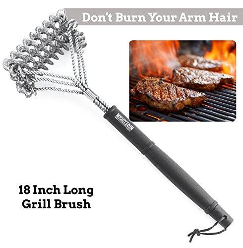 Cepillo para Barbacoa de Mountain Grillers   Utensilio de BBQ para Limpiar Fácil y Rápidamente la Parrilla   Con Cerdas de Acero Inoxidable, Triple Cabezal Metálico y Mango Largo Resistente al Calor