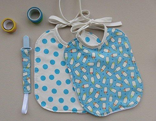 Set regalo nascita con due bavaglini e un portaciuccio abbinato, fantasia biberon su sfondo azzurro e pois azzurri su sfondo bianco. Ideale come regalo di Natale per bambini dai 0 ai 3