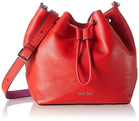 Calvin Klein Jeans Mia Mini Drawstring, Sacs Bandoulière Femme, Rouge (Fiery Red/Berry 908), 10 x 20 x 23 cm