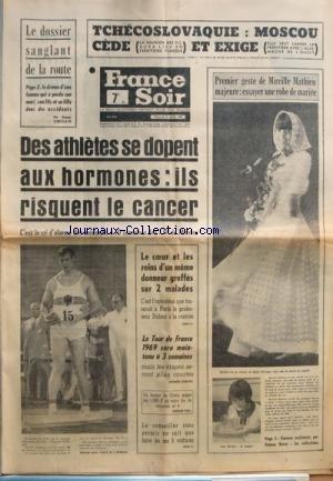 FRANCE SOIR du 24/07/1968 - TCHECOSLOVAQUIE - MOSCOU CEDE ET EXIGE LE DOSSIER SANGLANT DE LA ROUTE DES ATHLETES SE DOPENT AUX HORMONES - ILS RISQUENT LE CANCER MIREILLE MATHIEU MAJEURE LE COEUR ET LES REINS D'UN MEME DONNEUR GREFFES SUR 2 MALADE - LE PROF. DUBOST LE TOUR DE FRANCE 1969