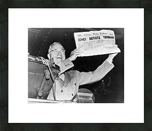 """Le président élu Harry S. Truman avec 'Dewey Defeats Truman'Journal, 3 novembre 1948 """"impression. photo encadrée/museum mat 18 x 40,6 cm"""