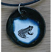 Echtes Kunsthandwerk: Hübscher Keramik Anhänger mit einem Frosch; Feuerkröte, Unke, Pfuhl, Sumpf, Tümpel, grün, Amphibien, Amphibium, Kaulquappe