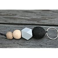 Schlüsselanhänger mit Filzperlen und Holzperlen in verschiedenen Farben, Länge ca. 11 cm, Filzperlen in schwarz und beige, Holzperlen in grau und naturfarben