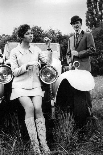 Moviestore Patrick Macnee als John Steed unt Linda Thorson als Tara King in The Avengers 91x60cm Schwarzweiß-Posterdruck -