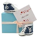 Geschenk Baby * Baby Geschenkset Baby Chucks blau + Geschenkbox + GRATIS Karte* gestrickte Geschenke - Geschenkset Baby - Geschenk Geburt – Baby Geschenk handgemacht - Geschenke fürs Baby von MyOma