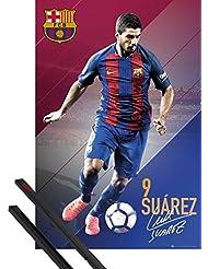 Póster + Soporte: Fútbol Póster (91x61 cm) Barcelona, Suarez 16/17 Y 1 Lote De 2 Varillas Negras 1art1®