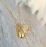 Ein gold Personalisierte Hand gestempelt Memorial Andenken Halskette mit diskreten Einäscherung Teardrop Urn Anhänger und Wing-Remembrance Trauerfall Schmuck -