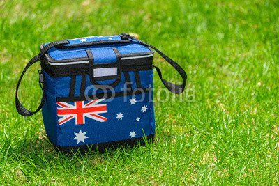 alu-dibond-bild-90-x-60-cm-esky-cooler-box-in-australian-flag-colors-on-the-grass-bild-auf-alu-dibon