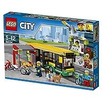 Incluye seis minifiguras: dos pasajeros de autobús, el conductor del autobús, un trabajador del puesto de periódicos, un visitante del puesto de periódicos y un pasajero en silla de ruedas.