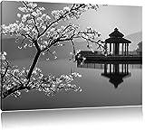 schöner Kirschbaum an japanischem See schwarz/weiß Format: 100x70 auf Leinwand, XXL riesige Bilder fertig gerahmt mit Keilrahmen, Kunstdruck auf Wandbild mit Rahmen, günstiger als Gemälde oder Ölbild, kein Poster oder Plakat