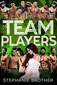 TEAM PLAYERS: A REVERSE HAREM ROMANCE (HUGE Series) (English Edition)