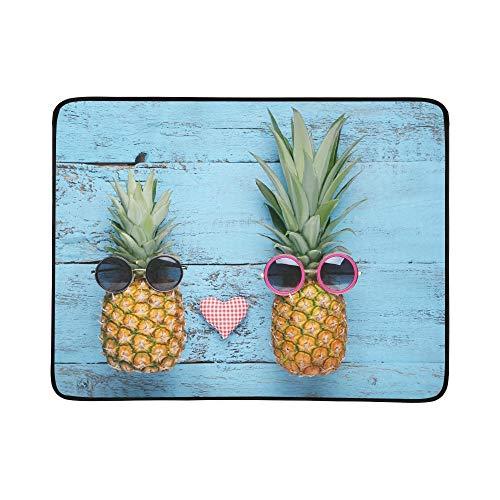 SHAOKAO Reife Ananas-Sonnenbrille auf Blauer hölzerner tragbarer und Faltbarer Deckenmatte 60x78 Zoll-handliche Matte für kampierenden Picknick-Strand