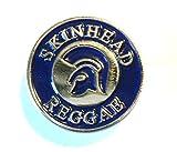 Spilla con scritta in lingua inglese: 'skinhead reggae', colore blu con elmo troiano, in metallo smaltato