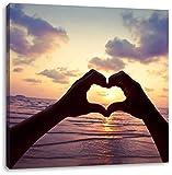 Mit Händen geformtes Herz am Meer, Format: 60x60 auf Leinwand, XXL riesige Bilder fertig gerahmt mit Keilrahmen, Kunstdruck auf Wandbild mit Rahmen, günstiger als Gemälde oder Ölbild, kein Poster oder Plakat