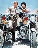 Erik Estrada de Officer Francis Llewellyn 'Ponch' Poncherello et Larry Wilcox de Officer Jon Baker in CHiPs 50x40cm Photo couleur