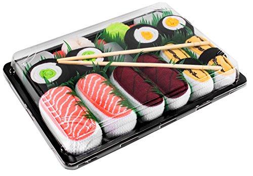 Los sushi calcetines son unos calcetines de algodón que se parecen al verdadero sushi. Los calcetines se empaquetan en unos paquetes iguales a los que usan los restauradores para empaquetar el verdadero sushi. Además, la caja incluye: hierba de decor...