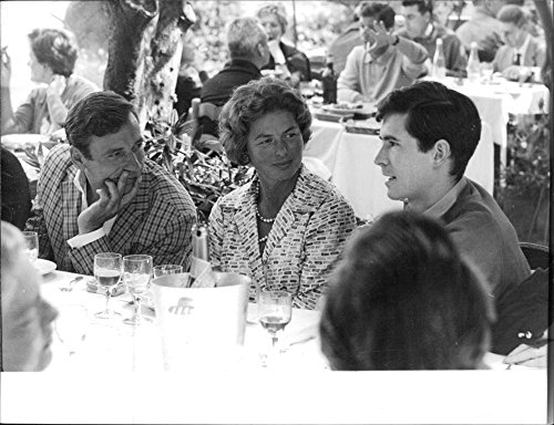 vintage-photo-of-anthony-perkins-talking-while-her-friends-are-listening-1961