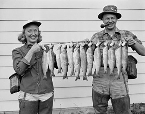 USA Cascade Mountain Lake Woman and Man Holding Rainbow Trout Poster Drucken (60,96 x 91,44 cm) -
