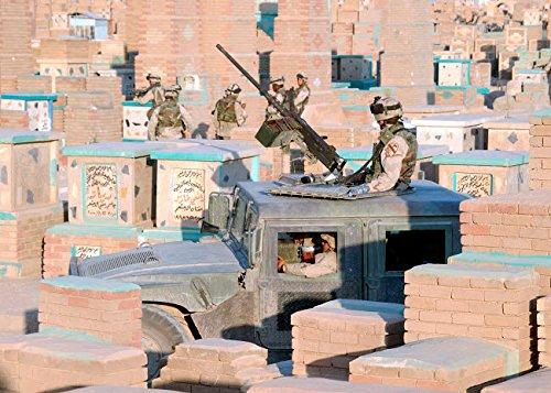 The Poster Corp Stocktrek Images - A Soldier Mans a M2 50 Caliber Machine Gun ATOP a Humvee Kunstdruck (43,18 x 27,94 cm) -