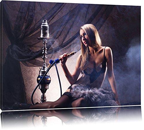 Schöne Frau mit Shisha Format: 120x80 auf Leinwand, XXL riesige Bilder fertig gerahmt mit Keilrahmen, Kunstdruck auf Wandbild mit Rahmen, günstiger als Gemälde oder Ölbild, kein Poster oder Plakat - Glamour Sexy Beine