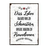 Holzschild mit Spruch – DAS LEBEN MACHTE UNS ZU SCHWESTERN – shabby chic retro vintage nostalgie deko Typografie-Grafik-Bild bunt im used-look aus MDF-Holz, Schild, Wandschild, Türschild, Holztafel, Holzbild mit Zitat / Aphorismus als Geschenk und Dekoration zum Thema Eltern, Familie, Geschwister, Geborgenheit, bff und Freundin von TypeStoff (19,5 x 28,2 cm)