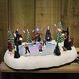 HomeZone Animato Natale Carol Villaggio Scema Natività Ornamento di Natale Decorazione con Colore Cambiando LED Luminarie di Natale e Sounds. a Batteria - Battery Operated Village Ice Skating Scene