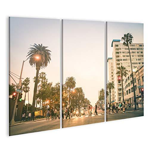 Bild auf Leinwand Einheimische und Touristen, die auf der Zebrastreifenüberquerung und auf der Ocean Ave in Santa Monica nach Sonnenunterg Wandbild Leinwandbild Kunstdruck Poster 130x80cm - 3 Teile