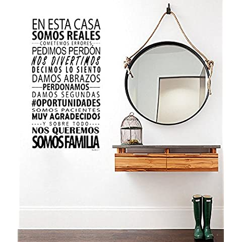 Docliick®. Vinilos decorativos. Vinilo pared Modelo vinilos decorativos pared frases en esta casa. Vinilo pared con temática vinilos decorativos pared frases. Vinilo Pegatina Decorativa Infantil Adhesiva Para Pared. Fabricado en PVC – para decoración habitación pared. (Regalo Gratis Vinilo Bebe a bordo)Vinilo adhesivo o vinilo decorativo pared infantil Modelo vinilos decorativos pared texto en esta casa