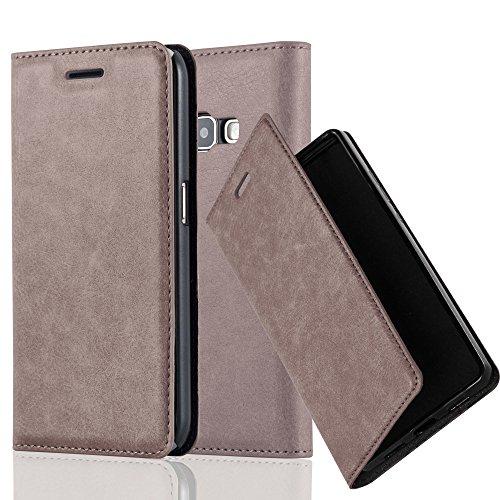 Preisvergleich Produktbild Cadorabo Hülle für Samsung Galaxy J1 2016 (6) - Hülle in Kaffee BRAUN – Handyhülle mit Magnetverschluss,  Standfunktion und Kartenfach - Case Cover Schutzhülle Etui Tasche Book Klapp Style