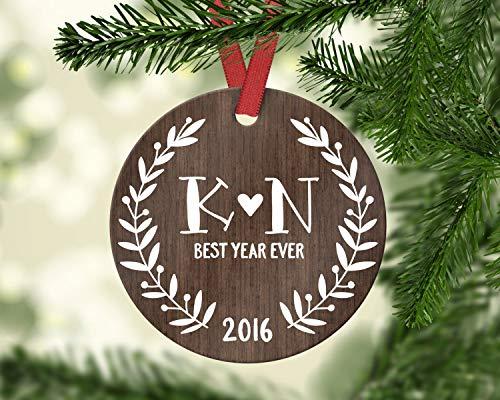 Dozili One Year for Husband Personalisierte Weihnachten Ornamente EIN Jahr für Freund Freundin Geschenk Holz Initialen