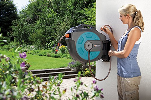 Gardena Comfort Wall-Mounted Hose Box 25 roll-up automatic: Swivelling hose reel, 25-m high-quality hose, short locking stops, including wall bracket, system parts, and spray nozzle (8023-20)