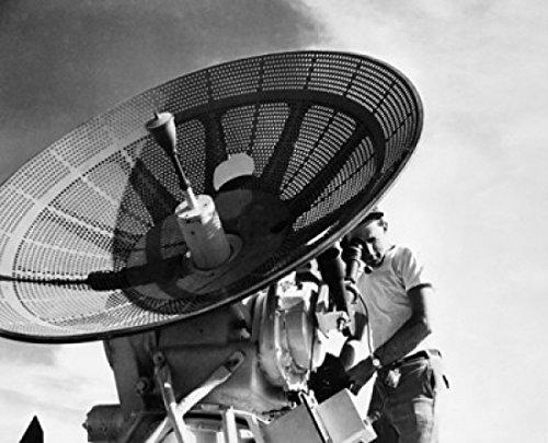 Engineer Operating a Radar Antenna Poster Drucken (60,96 x 91,44 cm)