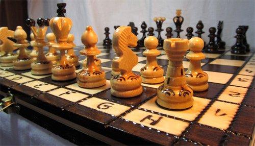 Jeu d'échecs en bois avec mallette PERL 34 cm