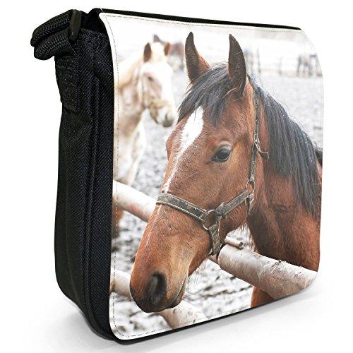 Elegante cavallo marrone piccolo nero Tela Borsa a tracolla, taglia S Brown Horse Portrait In Snow
