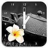 orientalische Teekanne mit kleiner Jasminblüte schwarz/weiß, Wanduhr Quadratisch Durchmesser 28cm mit weißen eckigen Zeigern und Ziffernblatt, Dekoartikel, Designuhr, Aluverbund sehr schön für Wohnzimmer, Kinderzimmer, Arbeitszimmer