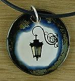 Echtes Kunsthandwerk: Hübscher Keramik Anhänger mit einer historischen Straßenlaterne; Lampe, Laterne, vintage, Stadt
