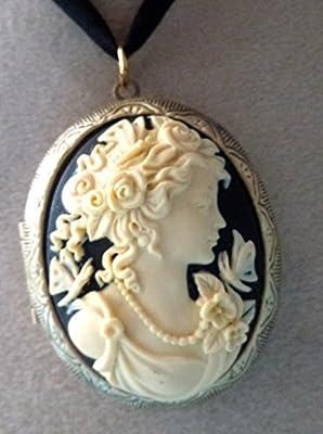 medaillon camée porte photo jeune fille au papillon
