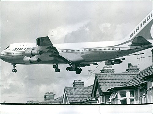 vintage-foto-di-un-air-india-jumbo-jet-volare-basso-over-the-rooftops-come-viene-in-terra-a-heathrow