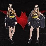 Halloween - kostüm Mädchen Batman - kostüm Mantel umhüllt von erwachsenen Frauen.