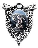 Pantalla–Lobo Cameo Oval Cabochon collar con colgante de estilo en dos lobos aullando y Celtic Knotwork con dos cristales humanas, Ribboned–Obras de arte por Anne Stokes