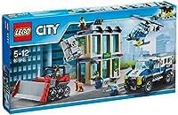 Lego 60140Chiama la squadra di alta sicurezza, i ladri stanno scassinando la banca! Carica l'attrezzatura sul camion della polizia, quindi chiama l'elicottero con il faro per tenere d'occhio la situazione. Individua il bulldozer degli scassinatori; s...