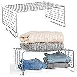 mDesign Juego de 2 cestas metálicas para armarios - Moderno separador de estantes de metal para ropa con 2 niveles - Organizador de armarios para dormitorio, cocina, pasillo y oficina - plateado